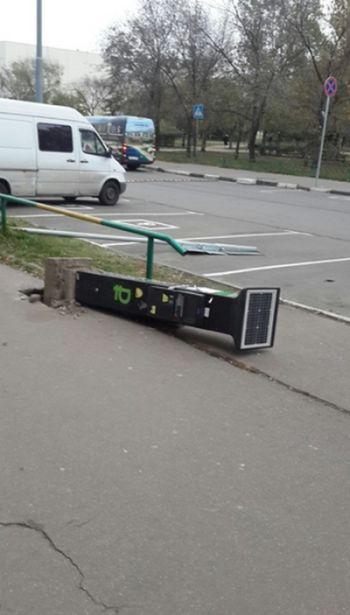 Москвичи протестуют против расширения зоны платной парковки, ломая знаки и паркоматы (6 фото)