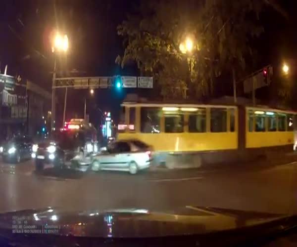 Неуправляемый трамвай снес 11 машин в Алматы