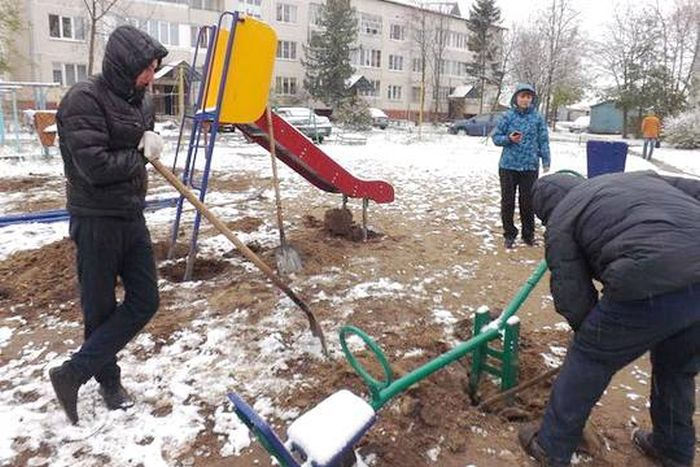 Не прошедший на выборах депутат отомстил избирателям, демонтировав установленную им детскую площадку (4 фото)