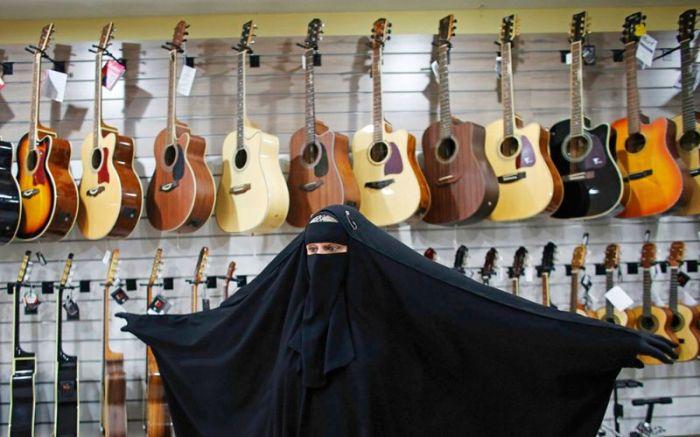 Бразильская мусульманка в парандже исполняет хэви-метал (11 фото + видео)
