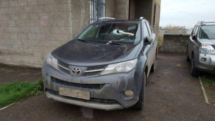 В Уфе водителя наказали за неправильную парковку вбитым в лобовое стекло топором (2 фото)
