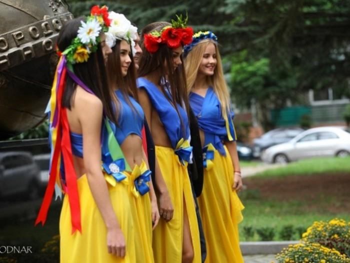 На праздновании 70-й годовщины УжНУ студенток нарядили в откровенные платья (7 фото)