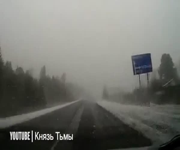 Вот почему не стоит быстро ехать во время снегопада