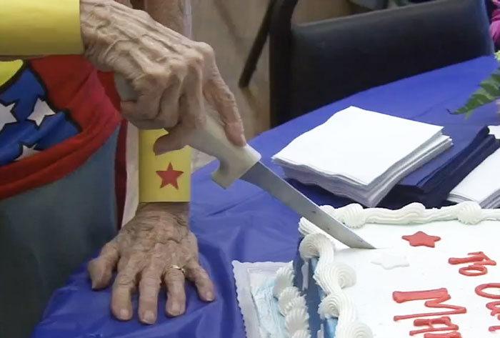 Американка отметила свой 103 День рождения, одевшись в костюм супергероини Wonder Woman (3 фото)