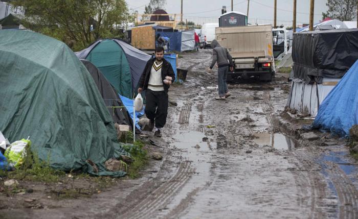 Непогода превратила французский лагерь для беженцев в настоящее болото (9 фото)