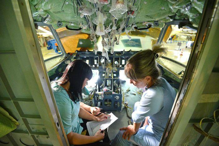 Приятный коллектив в одном из цехов ЗАО «Гражданские самолеты Сухого» (4 фото)