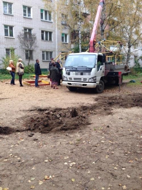В Твери пенсионерка наняла технику, чтобы снести детскую площадку (7 фото)