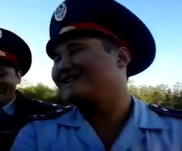Женщина рассмешила полицейского своими требованиями