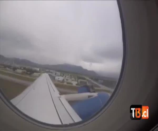 Самолет теряет деталь во время взлета