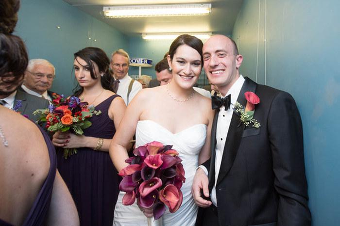 Молодожены и их гости застряли в лифте в день свадьбы (8 фото)
