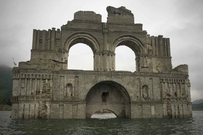Засуха помогла увидеть затопленную старинную церковь (4 фото + видео)