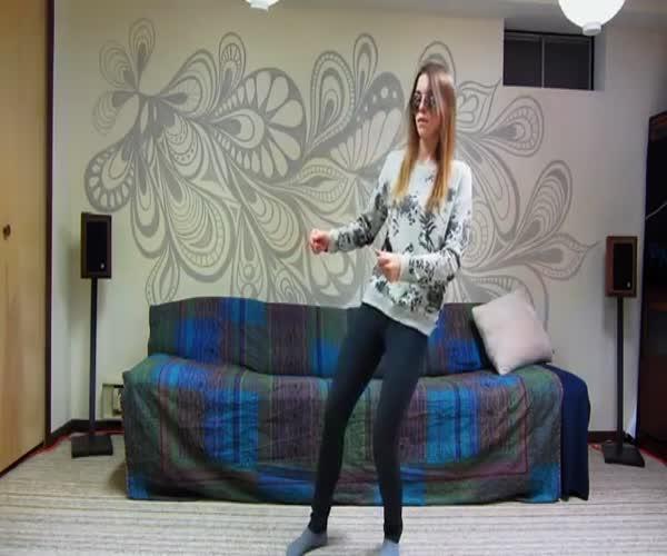 Девушка прикольно танцует