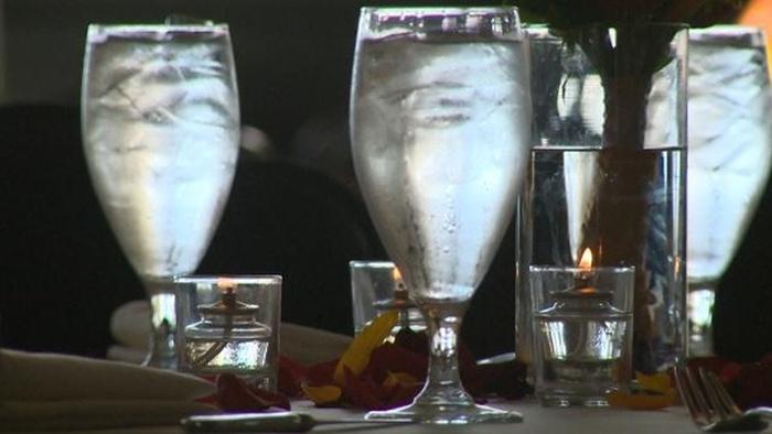 Шикарный банкет превратился в ужин для малоимущих из-за отмененной свадьбы (10 фото)