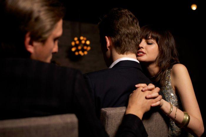 Невнимательная жена спалилась перед мужем (3 фото)