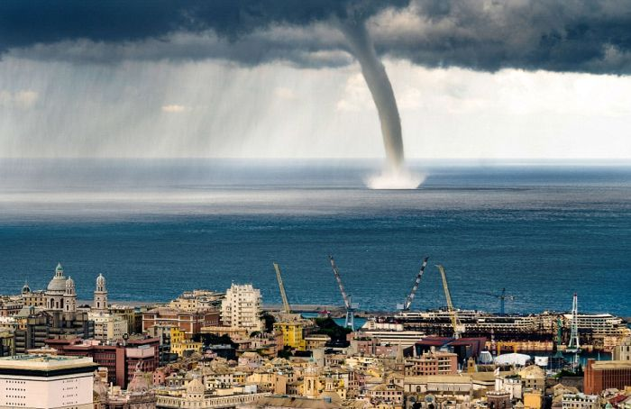 Смерч в небе над Генуей (9 фото + видео)