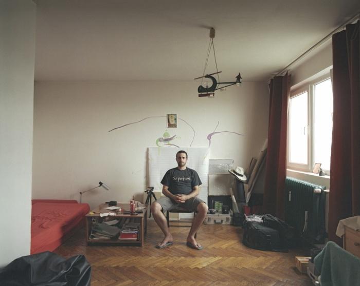 Совершенно разная жизнь людей в абсолютно одинаковых квартирах (10 фото)
