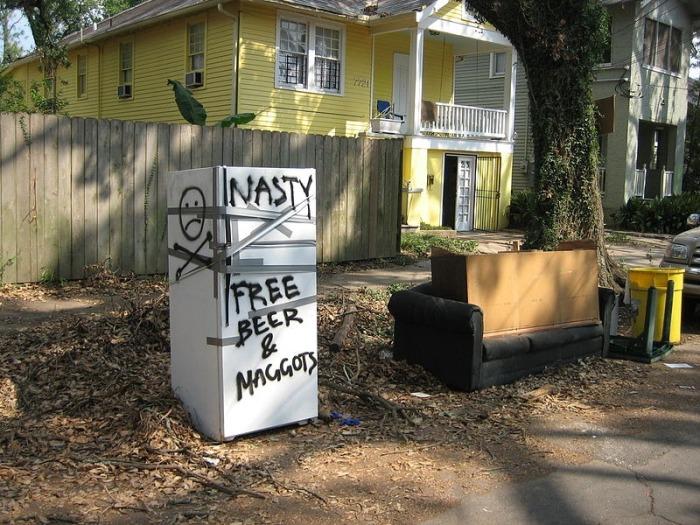 Холодильники на улицах Нового Орлеана, как одно  из последствий урагана Катрина (11 фото)