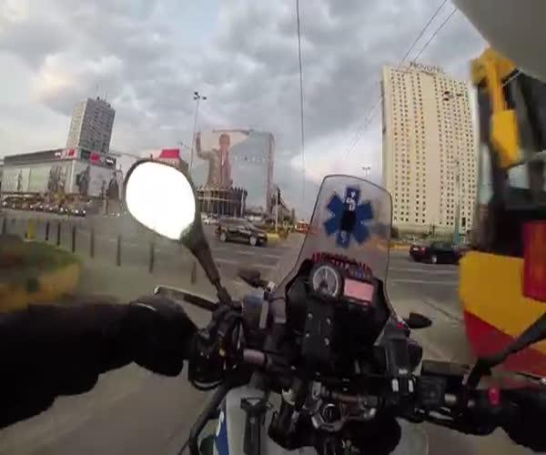 Бесстрашный мотоциклист помогает спасать жизни людей