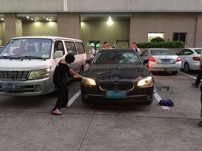 Обиду за измену жена выместила на BMW своего мужа (4 фото + видео)