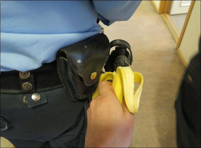 Зачетный прикол над охранником (4 фото)