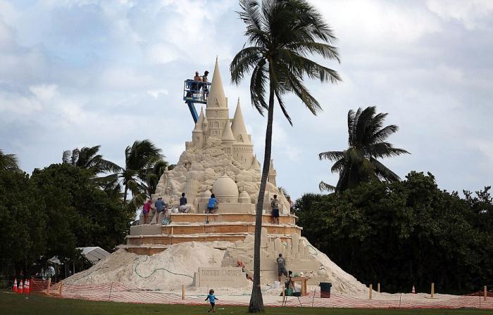 Во Флориде строят самый высокий в мире замок из песка (9 фото)