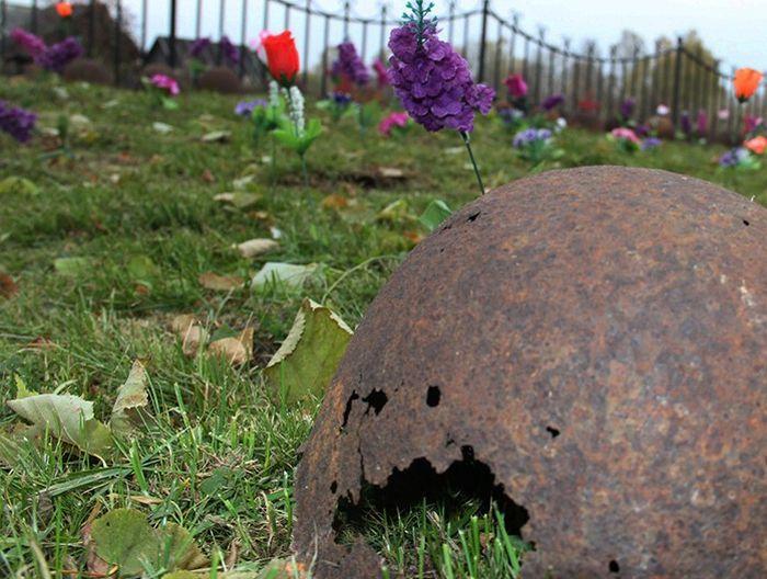 В Тверской области из-за бюрократических разногласий не могут захоронить останки целого полка советских солдат (25 фото)