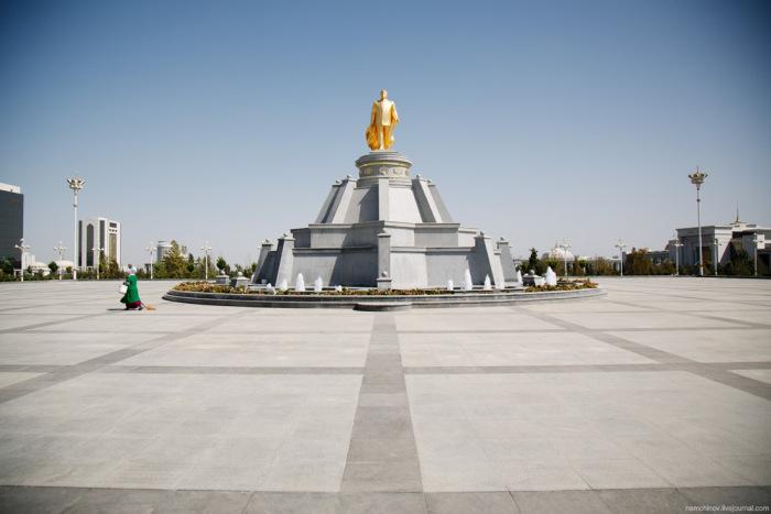 Культ личности в одной из самых закрытых стран мира - Туркмении (16 фото)