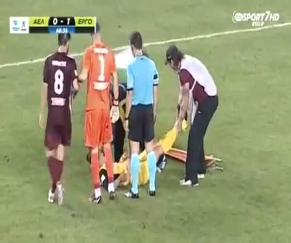 Горе-медики уносят травмированного игрока с поля