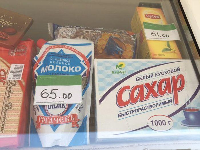 Передвижной киоск с российскими продуктами питания на авиабазе в Сирии (4 фото)