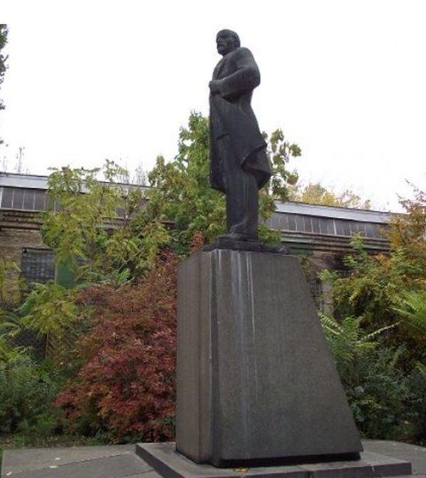 Одесский памятник Ленину превратили в памятник Дарту Вейдеру (3 фото)