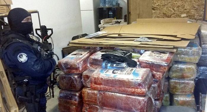 На границе между Мексикой и США нашли 800-метровый тоннель и 10 тонн марихуаны (4 фото)