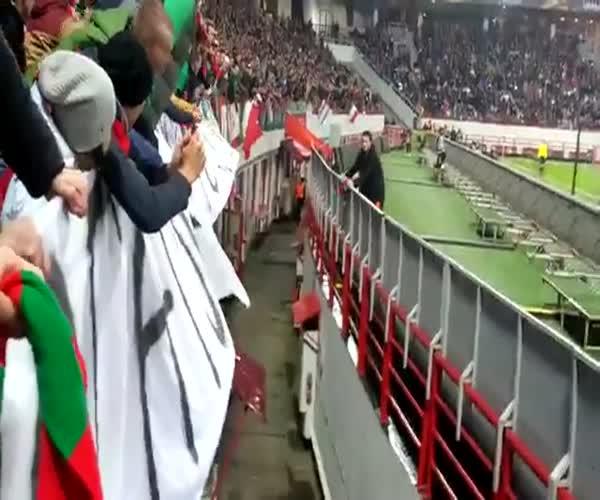 Болельщик сбегает от охраны стадиона