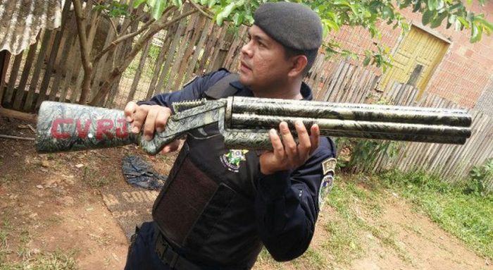 Шестистволка, изъятая у бразильской банды (4 фото)