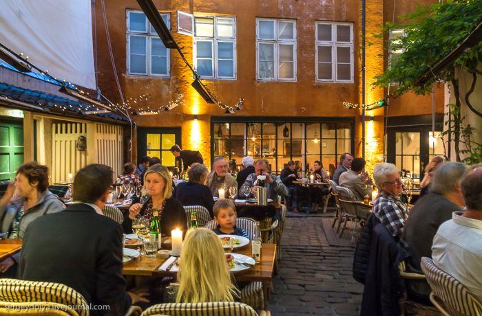 Как вы думаете, что не так с этими посетителями ресторана? (2 фото)
