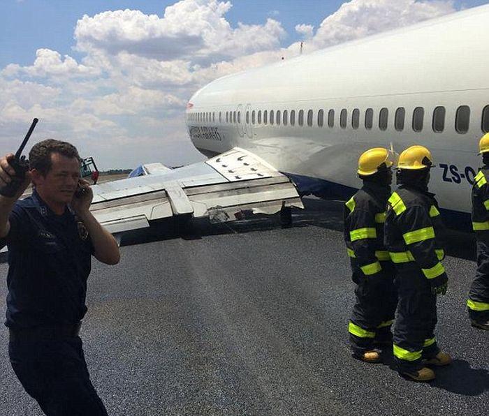 В аэропорту Йоханнесбурга самолет завалился на бок во время посадки (4 фото)