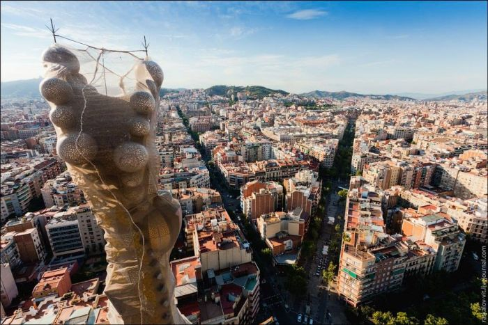 Руфер Виталий Раскалов взобрался на строящийся храм Святого Семейства в Барселоне (7 фото)