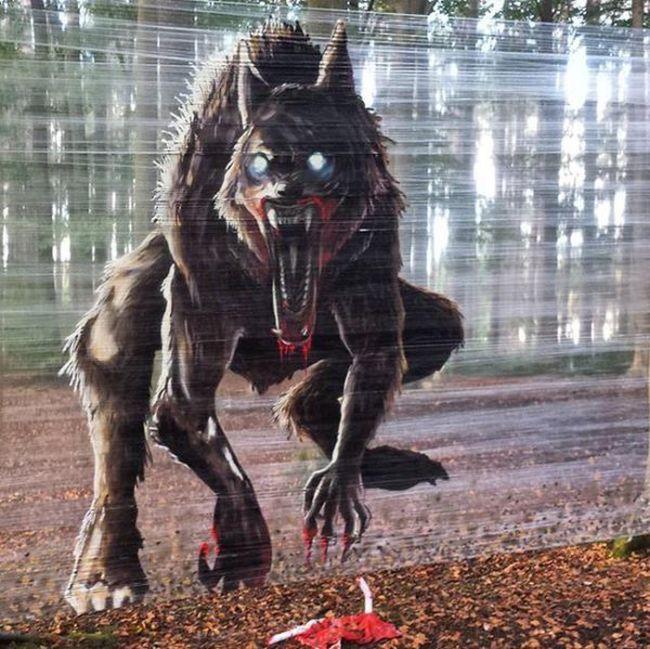 Пугающая инсталляция в парке (2 фото)