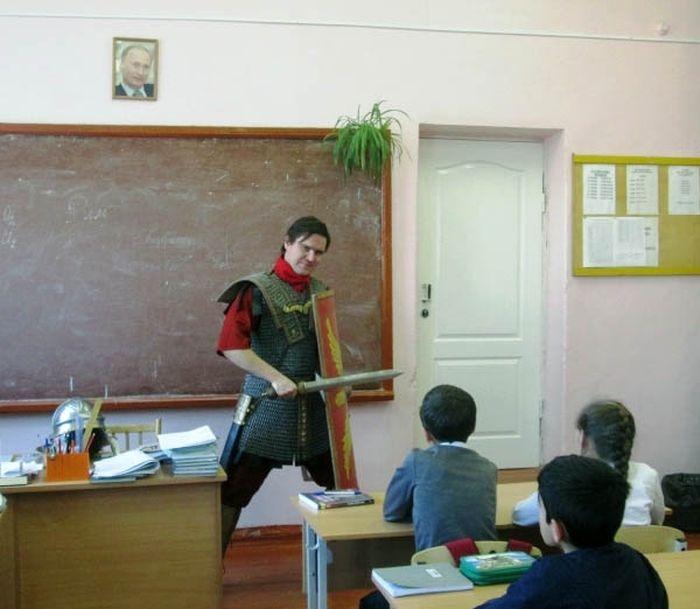 Креативный учитель истории правильно проводит урок (3 фото)