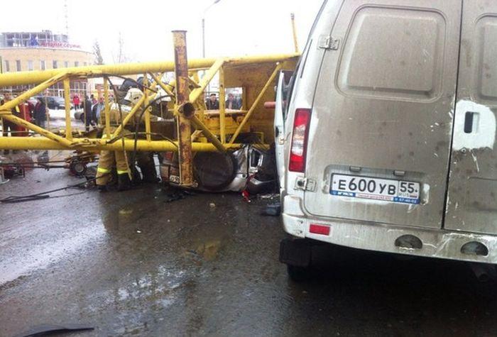 В Омске башенный кран рухнул на проезжавшие автомобили (4 фото + видео)