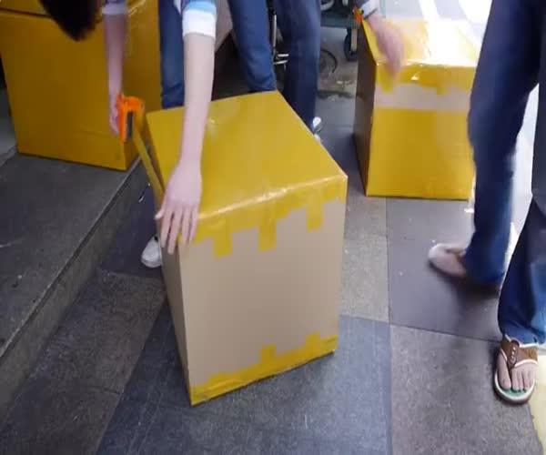 Китаец упаковывает посылку