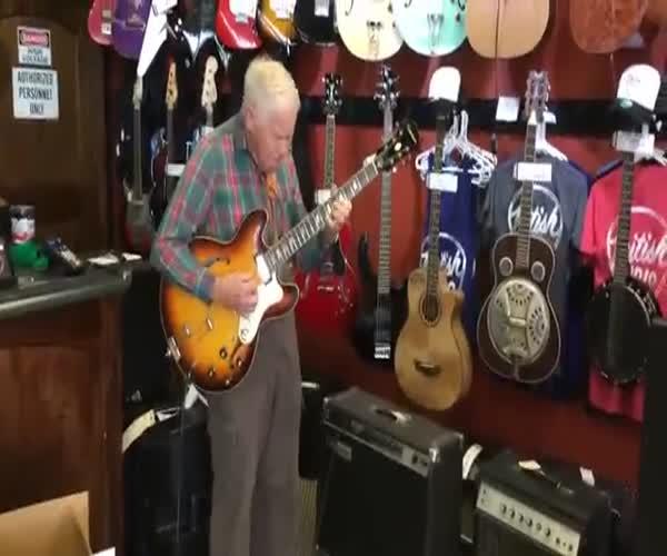 Дедушка играет на гитаре