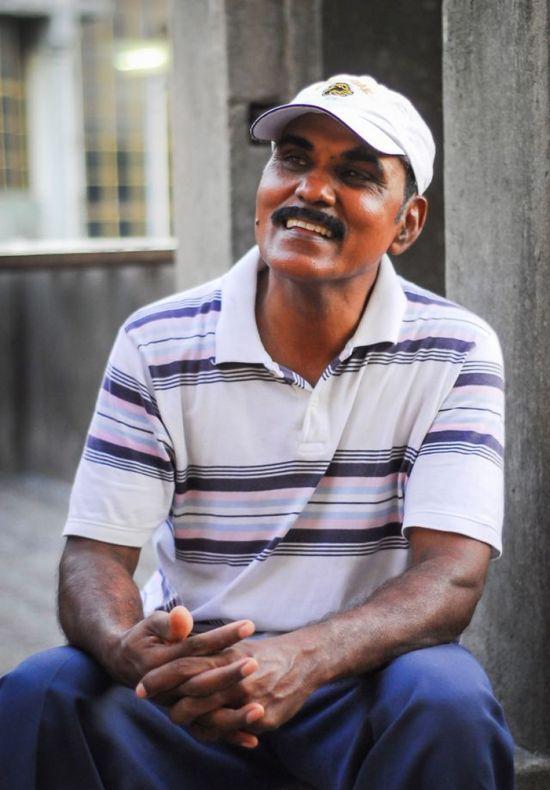 Пожилой индиец устроил столовую для 4000 попугаев (9 фото)