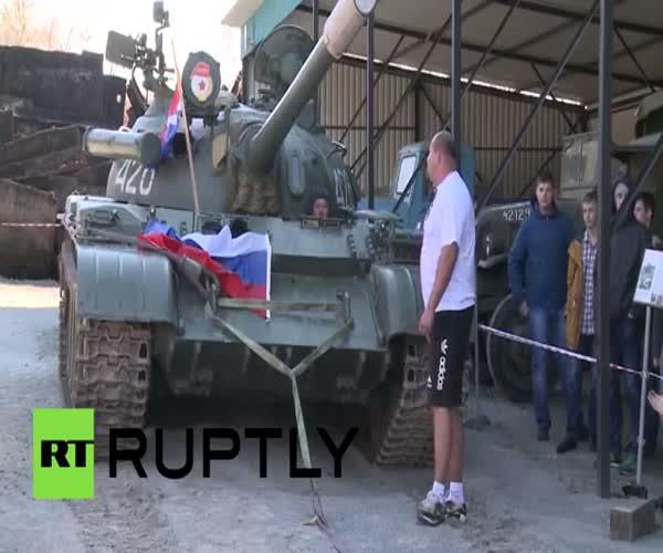 Российский силач сдвинул с места танк Т-54Б