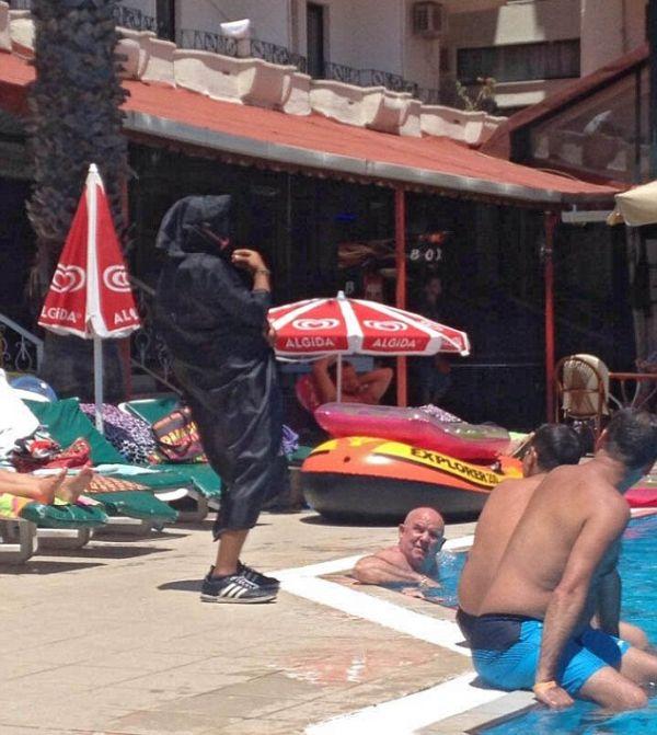 Переодетый в террориста сотрудник турецкого отеля «подшутил» над туристами (2 фото)