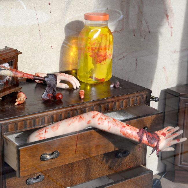 Жители британского города Хавант пожаловались на слишком страшную декорацию в полицию (3 фото)