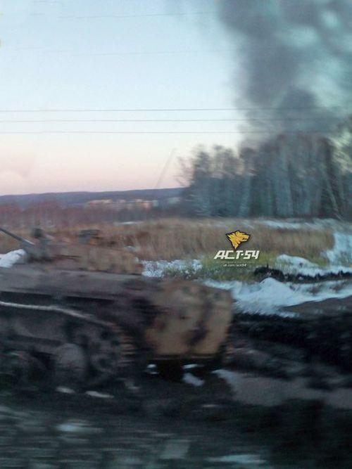 В осенней распутице под Новосибирском увяз танк Т-80 (3 фото)