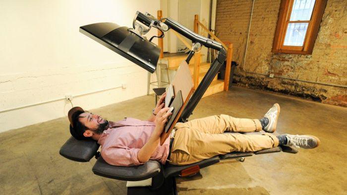 В США представили рабочую станцию, позволяющую работать за компьютером даже лежа (3 фото)