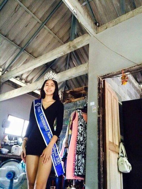 Королева красоты Таиланда поклонилась в ноги матери у мусорных баков (5 фото)