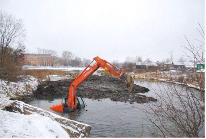 В Прикамье утонул экскаватор, который расчищал грязь (3 фото)