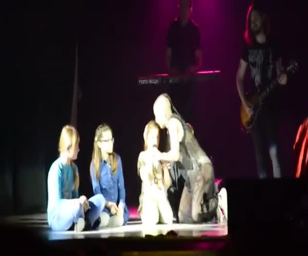 Наргиз Закирова доверила девочке спеть песню и не прогадала